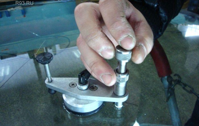 Как засверлить трещину на лобовом стекле своими