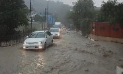 Ливень и смерчи в Туапсе превратили дороги в реки.