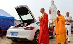 Буддийские монахи благословили Porsche.
