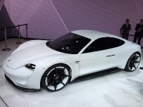 Porsche анонсировала серийный электрокар Porsche Mission E