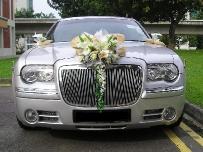 Лимузин для свадебных торжеств.